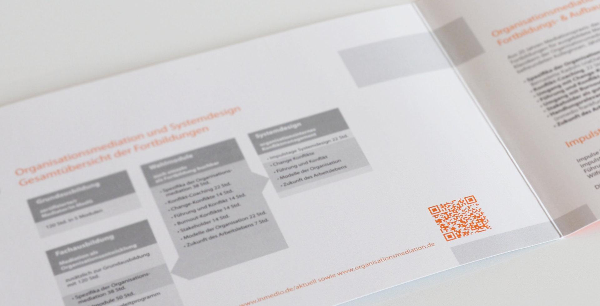 Folder mit farbigem QR-Code